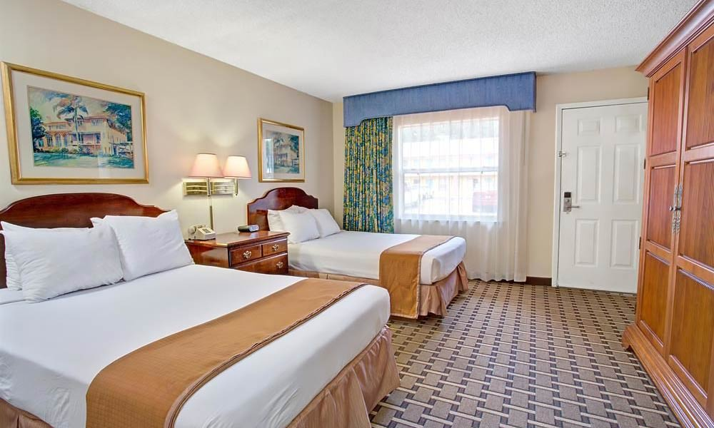 Howard_Johnson_Express_Lakefront_Park_Guestroom_04