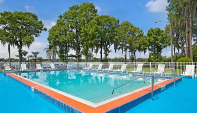 Howard_Johnson_Express_Lakefront_Park_Pool_01