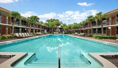 Ramada-kissimmee-gateway-hotel-heated-pool-400×230